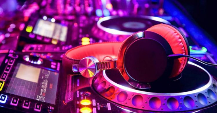 DJ Headphones - Equipment that DJs Need